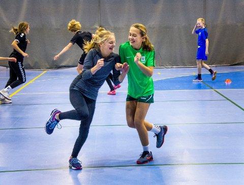 Idrettsglede: Tora Lindskog og Linn Kempinger angrer ikke ett sekund på at de søkte på Wang Ung i stedet for å gå på nærskolene Gressvik og Kråkerøy ungdomsskoler. På Wang får de fire treningsøkter i uken.