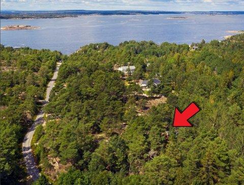 Hytta ligger 400 meter fra stranda ifølge  meglerens salgsoppgave.