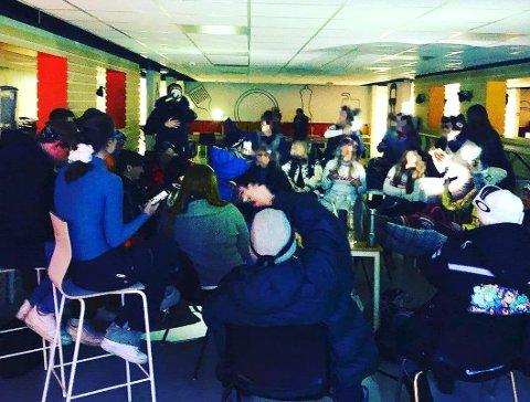 AFTERSKI-PARTY: Det var forrige fredag at et tjuetalls russ samlet seg i kantina på skolen.
