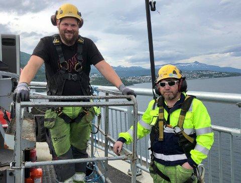 VIBRASJON: Nå har Visinor begynt jobben med å montere klemmer på vaierne på Hålogalandsbrua, slik at vibrasjonen blir borte. Fra venstre: Reinhardt Nilsen og Kåre Sunde.
