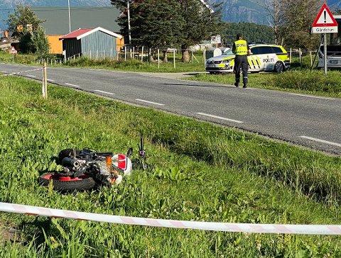 UTFOR VEIEN: Motorsykkelen havnet utenfor veien og endte på et jorde på Myklebostad på Engeløya. Foto: Øyvind A. Olsen