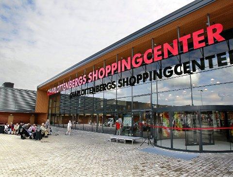 TRUSLER: Politiet vil være til stede onsdag etter trusler mot kjøpesenteret i Charlottenberg.