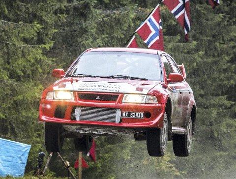 FULL GASS: Mats og Lena Lysen sparte ikke på kruttet over det berømte Engseth-hoppet under Rally Hedemarken.