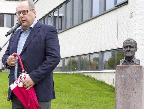 INHABIL: Fylkesrådsleder Per-Gunnar Sveen er medlem av Børli-komiteen, og var dermed inhabil da resten av fylkesrådet vedtok å gi 700.000 kroner til markeringen av Hans Børlis 100-årsdag.FOTO: OLE-JOHNNY MYHRVOLD