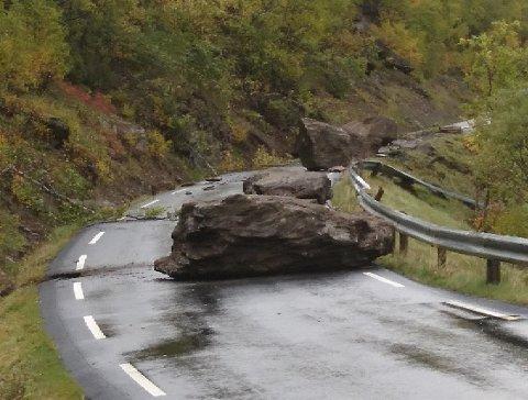 Flere store steinblokker raste ut på vegen fredag formiddag.