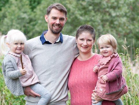 Hun samler inn penger på Spleis for å kunne betale medisinen som kan forlenge tiden hun får med sine kjæreste. F.v Aria (3), Bjørnar (36), Siw Beate (33) og Emma (2)