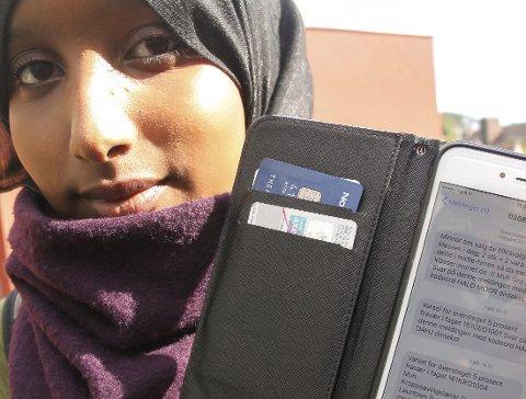 SMS-VARSEL: Somaya Hussein Yusuf mener den nye fraværsregelen er «helt idiotisk». Er hun borte én gang til i geografi eller gym-timen, så mister hun karakteren i faget.
