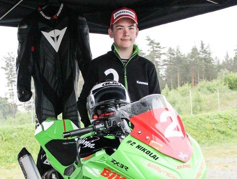 12 år gamle Nikolai Krosby Petersen kjører roadracing, og stotrives i 160 kilometer i timen.