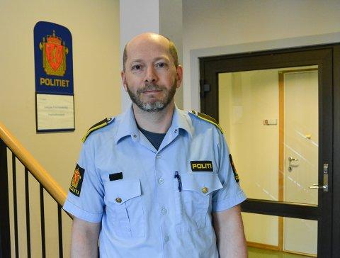 VANSKELIG SAK: Etterforskningsleder Vidar Andersen ved Halden politistasjon sier at politiet skal gjøre jobben sin, men at de samtidig må ta hensyn til liv og helse for de involverte partene.