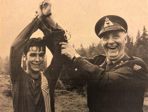 95 ÅR: Espen Glomsrød blir gratulert av en strålende fornøyd oberst Tor Bryntesen, som var president for det militære mesterskapet.