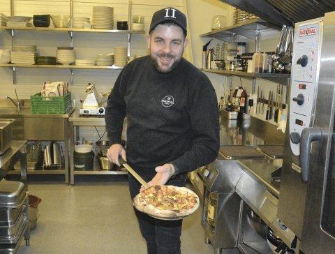PIZZAELSKER: Oliver Weber startet Smakfull Catering for et år siden og klarte å gå i overskudd i et svært krevende år for serveringsbransjen. Mye av grunnen er den napolitanske pizzaen han tilbyr som folk ikke kan få nok av. Det er veldig gledelig for Weber som er lidenskapelig opptatt av pizza.  Frank Morgan Bakken