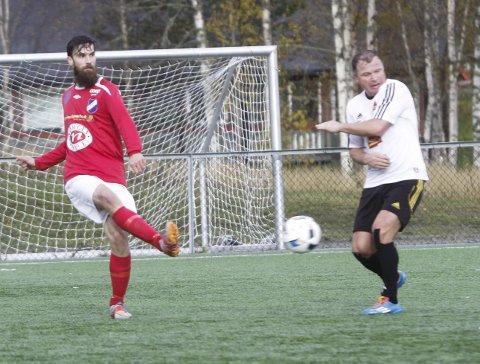GRANE NED: Granes Stian Lie fyrer løs mot Frode Hauge og Åga IL i siste kamp. Uavgjort holdt ikke til fortsatt spill i 4. divisjon.