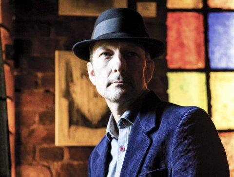 Gjendiktet: Tom Roger Aadland har gjendiktet to av Bob Dylans mest kjente plater.