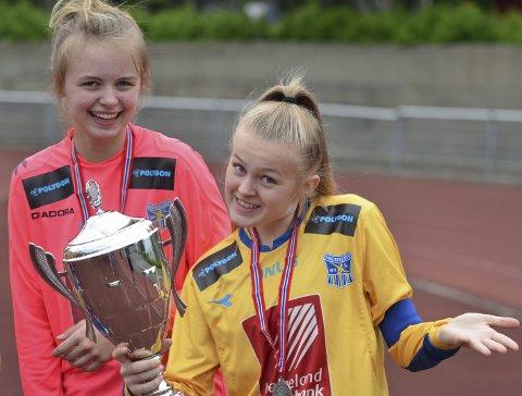 SANDNESSJØEN JENTER: Her er kaptein Mia Theting med pokalen fra Kippermocupen. De tapte finalen og ble nummer to.