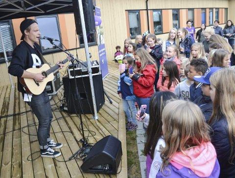 LAGDE FEST: Vadsø ungdomssenter hadde besøk av Sondre Justad i 2015, etter å ha vunnet en konkurranse i regi av Finnmarken og Varangerfestivalen. Siden har de arrangert egne utekonserter, og i år kommer Whateverland.