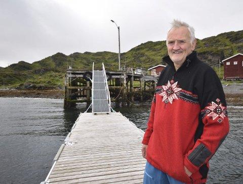 FLYTEBRYGGE: Leder Tore Wæraas i Langfjordnes bygdelag på flytebrygga bygdelaget har sørget for i tilknytning til den kommunale kaia. Prislapp: 180.000 kroner. Og kommunekaia er reparert for 100.000.