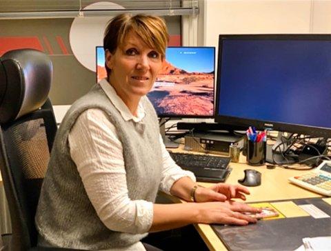 MANGE I ØKONOMISK UFØRE: Elin Busk (54) er økonomirådgiver i Nav i Vadsø kommune. Hun sier hun ser en økende trend i samfunnet med å ha høye kredittkort-lån og forbrukslån:  – Jeg tror det er et stort press om å ha de riktige tingene, sier hun.
