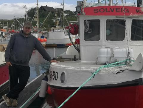 FISKER: Stig Erling Hansen skulle egentlig slutte som fisker da han solgte båten, men holder ennå på med dette. Her med hans nye båt.