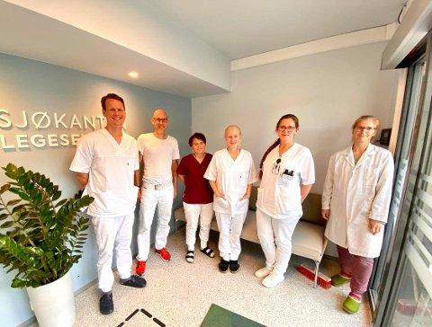 KVELDSÅPENT: De ansatte ved Sjøkanten legesenter. Bildet ble tatt i 2020 og ikke alle ansatte på bildet jobber fremdeles her.