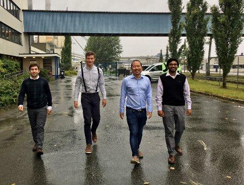STORE RESSURSER: Joaquin Quezada Ortega (f.v.), Pavel Stránský, Peerapas Thongsawas og Vedant Ballal er de fire studentene ved industriell økologi ved NTNU, som har analysert restråstoff fra hele Innherred i sommer.