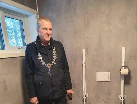 SAMARBEID MED KAJAKKLUBBEN: Toalettet på Gunnarsberget har kosta litt under 400.000 kroner, moms inkludert. – Dersom kommunen skulle gjort alt sjølv, er eg redd for at denne summen fort kunne blitt dobla, sa ordførar Sigmund Rolfsen under opninga torsdag 14. januar.