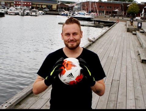 SHOWKAMP: HIF-keeper og artist Mads Belden håper mange dukker opp på Hvitstein til showkampen med dommer Svein-Erik Edvartsen torsdag.