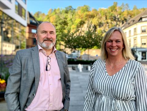 GLEDER SEG OVER GODE TALL: Kommunedirektør Hans Erik Utne og ordfører Elin Gran Weggesrud er fornøyd med å klatre på kommune-rangeringene.