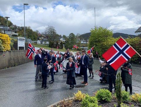 Storfamilien på Sæbø gjekk i fjor i tog rundt Sæbø og til sjukeheimen, der den flotte og bunadskledde gjengen song til bebuarane.