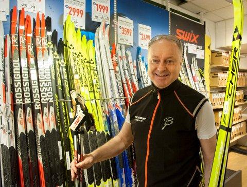 GOD UKE: Roar Wessel på Intersport Kongsberg går høre av Oslo-folk at de heller kjøper ski i Kongsberg, fordi de ikke får like god hjelp i hovedstaden.