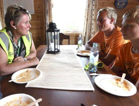 FRIVILLIGE: Løpsleder Torill Karlsrud snakker med brødrene Ole Kristian (t.h.) og Geir Atle Haug, som var med for første gang.