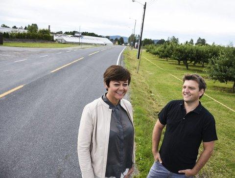 Satser på sykkel: Tove Hofstad og Anders Wengen fra Venstre ønsker satsing på gang- og sykkelveier. Her langs Nøsteveien.