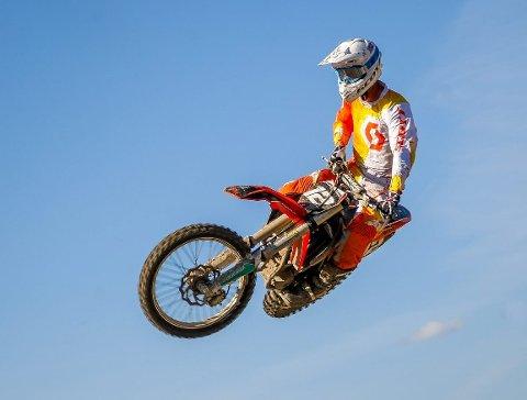 SPEKTAKULÆRT: Motocross i Leirdalen betyr som oftest høye hopp og lange svev, som Lier-fører Even Heibye viser fram her.FOTO: SIMEN NÆSS HAGEN (ARKIV)