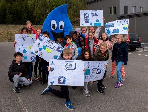 """VANNDAG: 5. klasse ved Hegg skole vant en """"vanndag"""" hos Glitrevannverket. De ble møtt av maskoten Dråpen, som umiddelbart ble populær blant barna."""