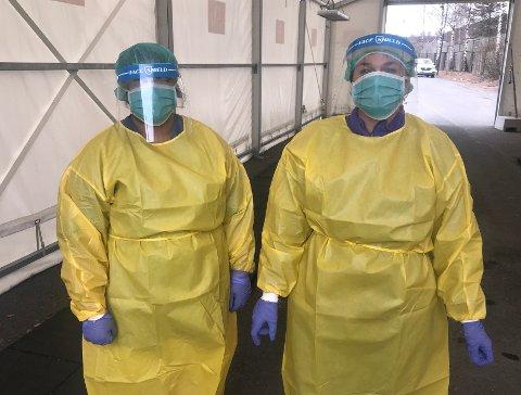 Tester i påsken: Lege Richa Sharma (t.v.) og helsefagarbeider Irene Fuglerud tester for korona på teststasjonen i Lierbyen i påsken.