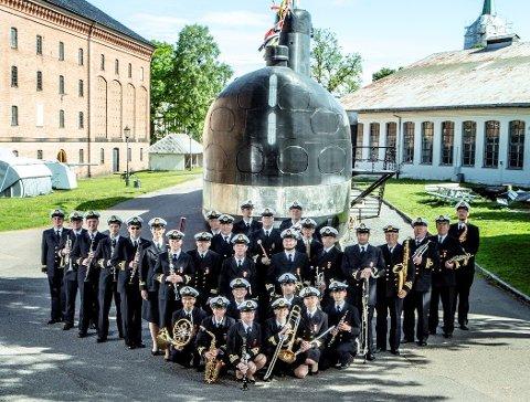 KONGELIG KORPS: Marinemusikken foran ubåten KNM Utstein på Marinemuseet i Horten.
