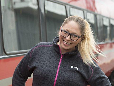 TAR TOGET: Programleder Lotte Olsen skal lede minutt for minutt-sendingen til NRKs Sommertoget.