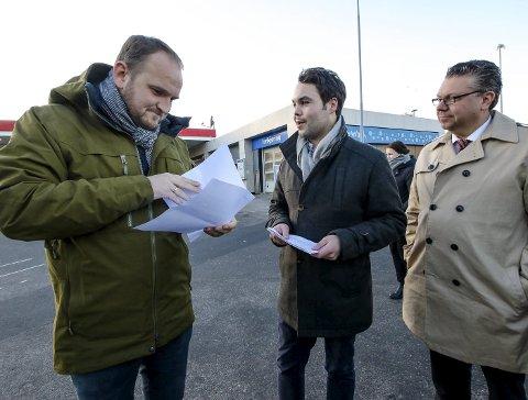 BREV: Samferdselsminister Jon Georg Dale fikk mandag et brev om riksvei 19 av Michael Torp. Til høyre Ulf Leirstein.