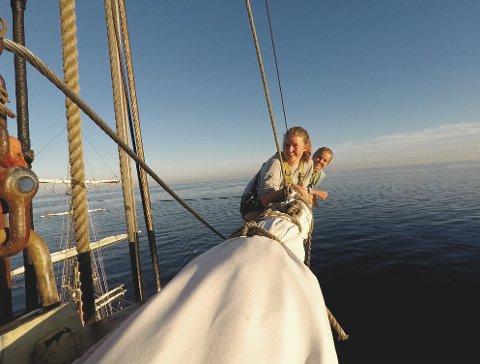 EVENTYR: Mia Aanerød har hatt litt av et skoleår. Hun tok 2. året på videregående på skoleskipet Sørlandet. Her sammen med medelev Emma, i masten 34 moh.