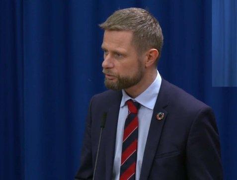 En bekymret helseminister Bent Høie strammer inn de nasjonale tiltakene