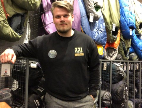 FIKK HEDER: – Vi feirer jo dette. Veggen oppe hos oss har blitt en skrytevegg med pokaler nå, forteller Aleksander Thomasrud, butikksjef for XXL i Moss.
