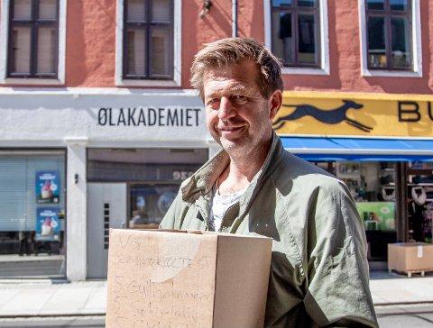 Finn-Erik Blakstad på vei til Ølakademiet i Oslo for å levere Ekeby Gårdsbryggeri sine kandidater til årets sommerøl test.
