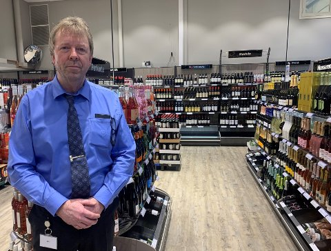 SOLSIDEN: Butikksjef ved Vinmonopolet Nedre Elvehavn, Knut Arne Berg, mener de har en annen kundegruppe enn mange av de andre polene i byen.
