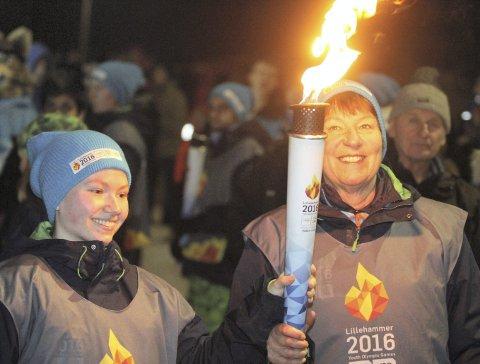 UNGDOMS-OL 2016: Marianne Borgen stortrives i ordførerrollen. Her mottar hun OL-fakkelen fra kunstløperen Sunniva Hansen fra Bjørndal. Foto: Arild Jacobsen
