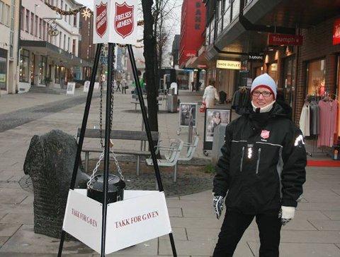 GJENSYN MED GRYTA: Torunn Lunde, soldat i Frelsesarmeen på Gjøvik,  var en av dem som betjente julegryta i Storgata i fjor. Foto: Innsendt