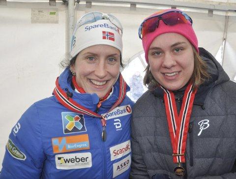 MESTERMØTE: Anne Karen Olsen fikk sitt første offisielle NM-gull og møtte Marit Bjørgen etter løpet. Foto: Rune Pedersen