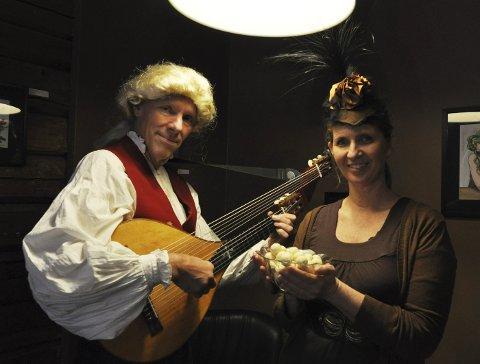 TIDSRIKTIG: Harald Hougaard med parykk à la Bellman og lutt à la Taube, mens Anne Kristin Bakken har funnet fram pasjonskonfekten. FOTO: Hans Olav Granheim