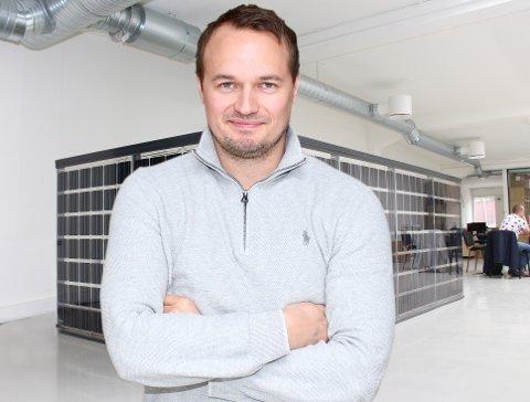 Her er Simen Sagstuen under lanseringen av det nye solcellerekkverket som de allerede har solgt til Orklas nye hovedkontor i Oslo.
