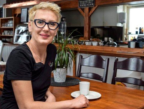 DRIFTIG: Zana Grbic driver Land Catering, Sentrum's Cafe i Hov, pusser opp selskapslokaler, bygger nytt hus etter brann og har 20 prosent kommunal stilling i hjemmetjenesten. Nå ønsker hun å selge kafeen for å skaffe seg litt fritid.