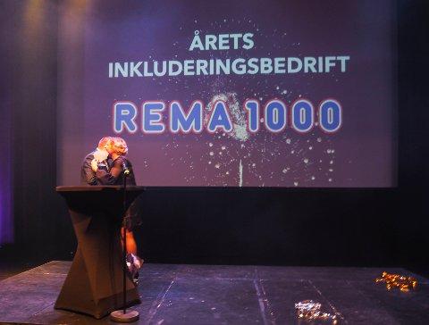 ÅRETS INKLUDERINGSBEDRIFT: Kjøpmann ved Rema 1000 Øya, Henrik Sandvik Nielsen, tar i mot prisen som Larviks befolkning har stemt dem frem til å vinne.