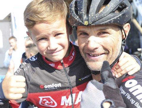 GRATTIS PAPPA: 10 år gamle Johan Ottar Hartz Repshus var ute med gratulasjoner til pappa Steffan. Foto: Freddie Øvergaard